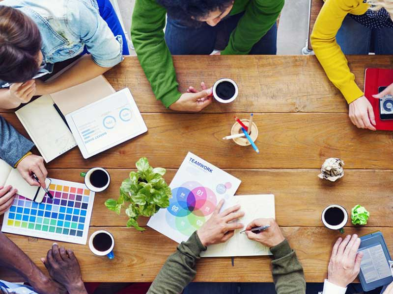 Suite à la digitalisation, de nouveaux métiers sont nés. Rédacteurs web, conseillers chat, infographiste, community managers, et d'autres métiers sont proposées en centre d'appels.